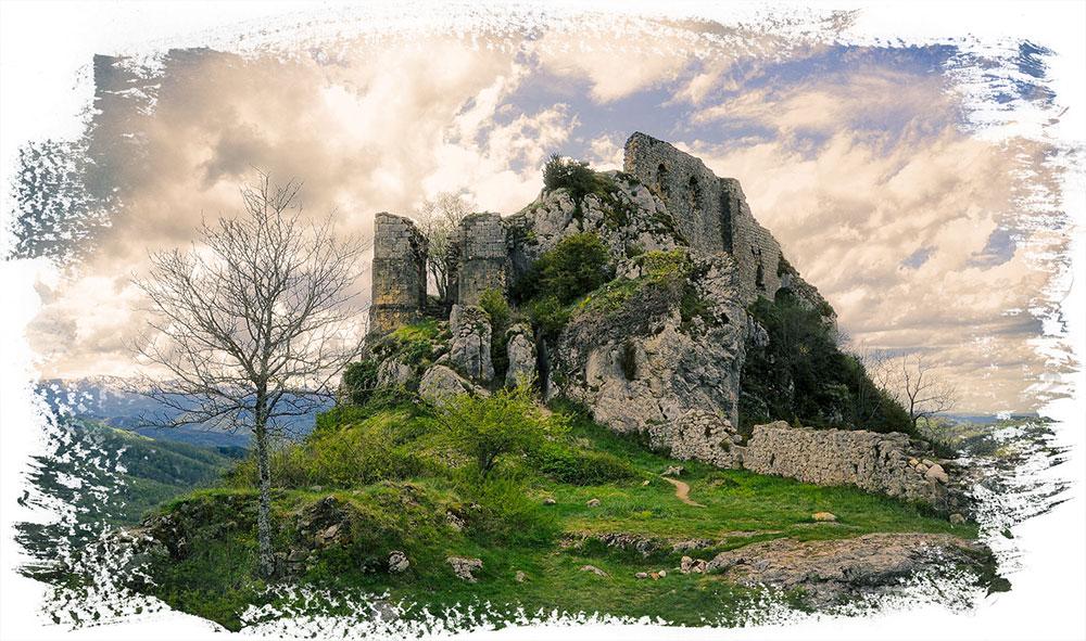 Llegamos a Roquefixade. Un lugar tranquilo y muy coqueto, con su correspondiente castillo en la cima. Su población es muy baja y la paz que se respira.....