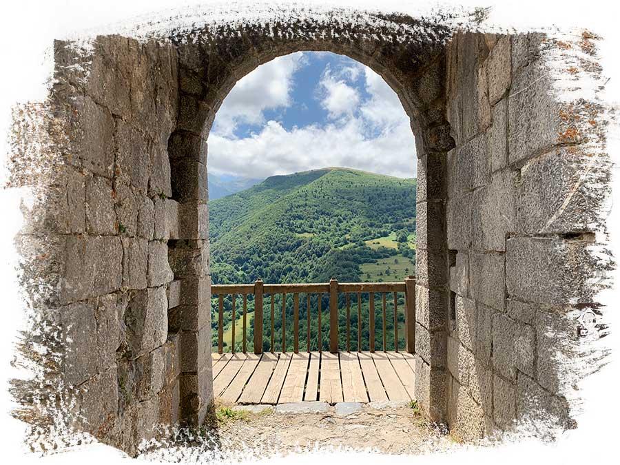 El tema de los cátaros es un tema apasionante. Saber que vas a subir al Castillo de Montsegur, uno de los últimos bastiones cátaros, es una sensación muy emocionante. En esta entrada vamos a contar cuales fueron nuestras diferentes sensaciones y conexiones en el Chateau de Montsegur y en su castillo.